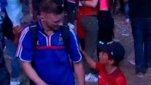 Eltört a mécses: portugál kisfiú vigasztalja a francia szurkolót