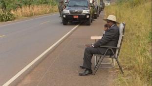 Az út szélén telefonáló elnökön röhög Uganda