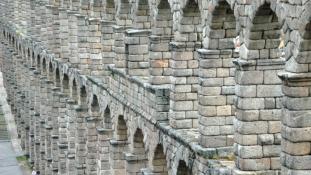 Nézd a bal alsó sarkot! – Római viadukt Segoviában