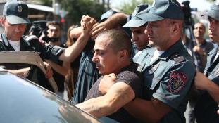 Újabb túszokat ejtettek Jerevánban