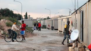 Megint illegális migránstábort számolnak fel Párizsban