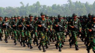 Tévedésből lőttek le egy túszt Dakkában