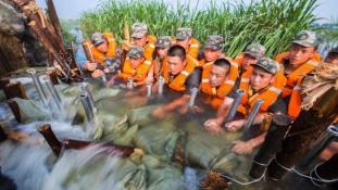 Katonákból épült a gát Kínában