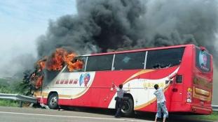 Kigyulladt egy busz Tajvanon – 26-an haltak meg a reptérre menet