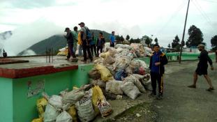 Tonnaszám hever a szemét a Himalájában – de most összeszedték
