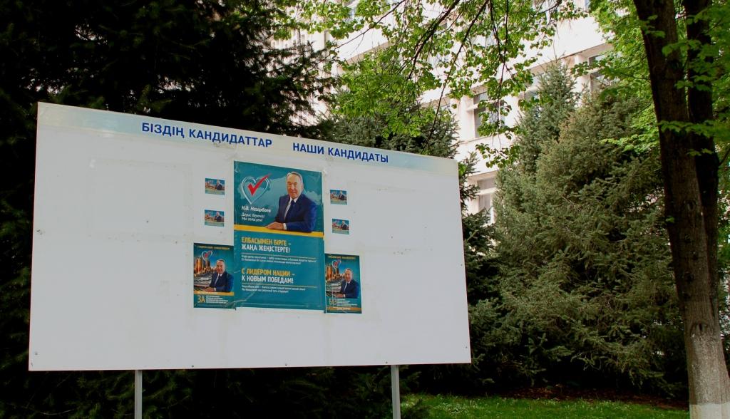 Elnökválasztási plakát Almatiban 2015 áprilisában (TCsO)