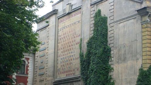 Periódusos rendszer a ház falán – Szentpétervár