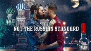 Vodkareklám: férfiak csókolóznak a Vörös téren