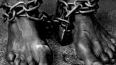 Letartóztattak egy papot, mert büntetésből láncra verte kilencéves fiát