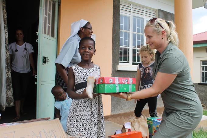 Magyarországon gyűjtött adományokat ad át L. Novák Mónika, az AHU munkatársa.