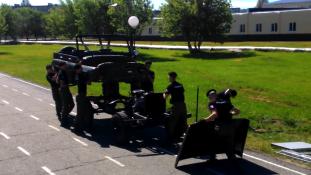 Másodpercek alatt szétszednek és összeraknak egy UAZ-t az oroszok (videóval)