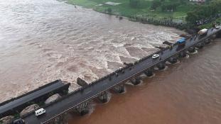 Több mint tíz halottja van az indiai hídomlásnak
