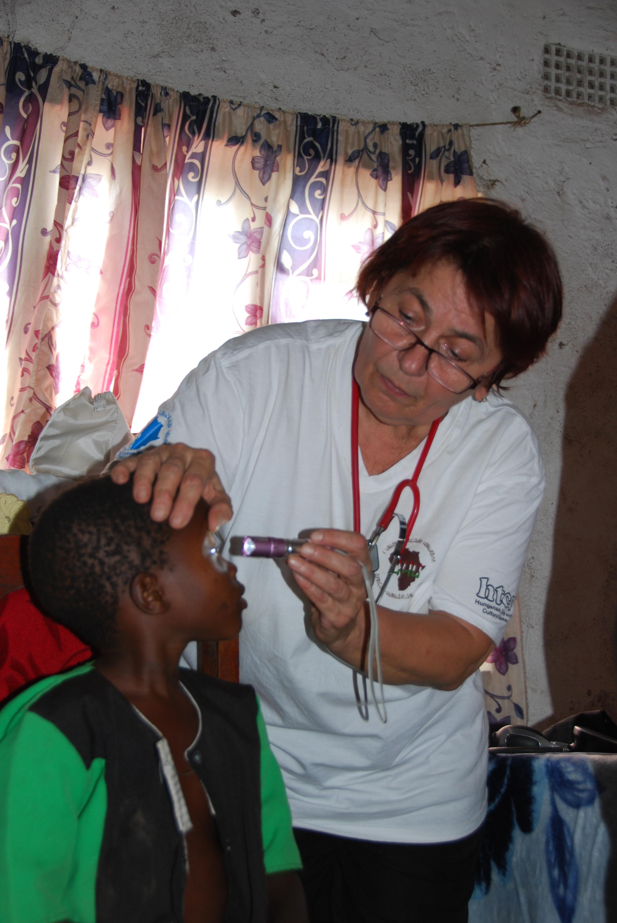 Dr. Jakkel Anna munka közben, Liwondében, Malawiban.