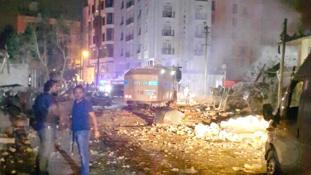 Robbantás és lövések – rendőrlaktanyára támadtak Törökországban