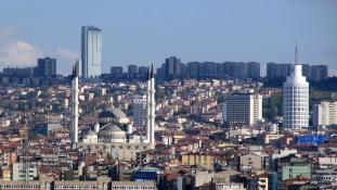 Törökországban vagyonelkobzásokkal folytatják