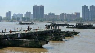 Még fél óra sem kellett a kínai utászoknak egy 1150 méteres pontonhídhoz