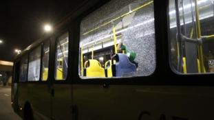 Kővel dobálták meg az újságírók buszát Rióban
