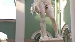 Leragasztották Dávid férfiasságát az oroszok