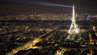 Kitessékelt két muszlim nőt egy párizsi étterem