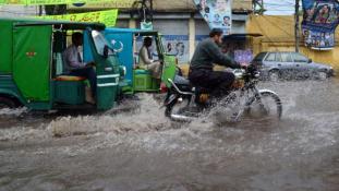 Térdig a vízben – áldozatokat szed a monszun Dél-Ázsiában