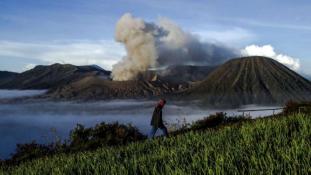 Három vulkán is kitört Indonéziában
