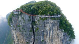 Két hét után bezárt az üveghíd Kínában – zuhanás 300 méter magasból?