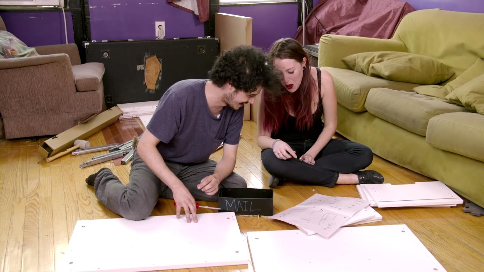 Egy új websorozatban ikeás bútorokat raknak össze a szereplők mindenféle drogokon