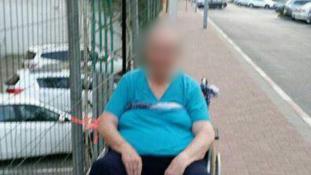 A bevásárlóközpont kerítéséhez kötözte a kerekesszékes nőt – őrizetbe vették