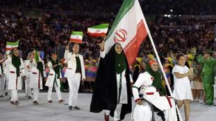 Ilyen sem volt még  – nő vitte az iráni csapat zászlaját Rióban