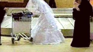 Az egész reptéren át üldözte a megfutamodó vőlegényt a menyasszony