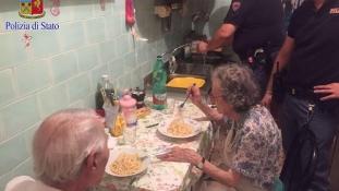 Síró idős párt találtak a rendőrök – spagettit főztek nekik