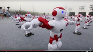 Guinness-rekord: ezer robot táncolt együtt – nézze meg!