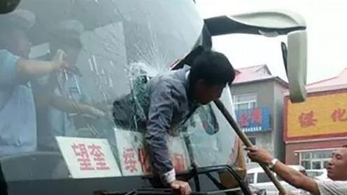 Szélvédőbe szorult a kínai férfi