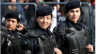 Mostantól kendőt köthetnek a sapkájuk alá Törökországban a rendőrnők