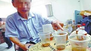 Sok kínai hiszi, hogy a vizeletivás jó