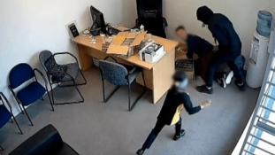 A világ legbátrabb kislánya – videó a fejszés támadókról és egy hatéves kislányról