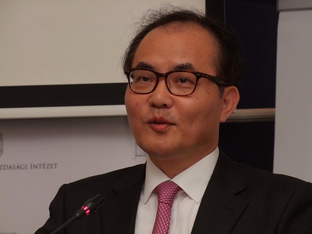 A Koreai Intézet, a Nemzet Egyesítéséért vezetője Dr. Jinwook Choi