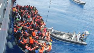 Tegnap 2700-an menekültek meg a Földközi-tengeren
