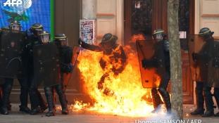 Lángoló rendőr Párizsban