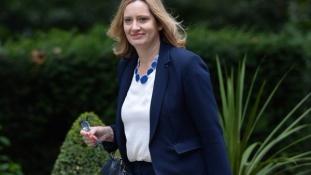 A jövőben munkavállalási engedélyhez köthetik a bevándorlást az Egyesült Királyságban
