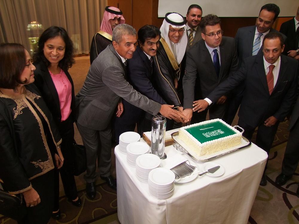 Az arab országok nagykövetei az ünnepi tortával.
