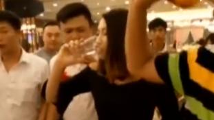 Belehalt az ivásba a koszorúslány az esküvőn