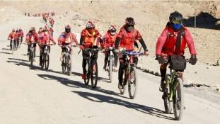 500 kung-fu nővér a nőkért kerekezett át a Himaláján