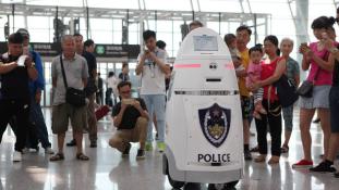 Terroristákat keres a robot a kínai reptéren