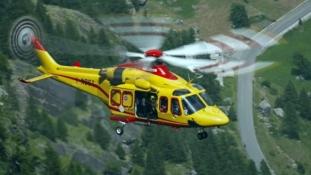 Helikopter mentette a drótkötélpályán rekedt embereket, sokan a kabinokban töltötték az éjszakát az Alpokban