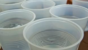 Tippeljen, hol tiltották be a műanyag poharakat végleg?