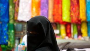 Tényleg egy nő vadászik hangtompítós pisztollyal és fátyolban az ISIS fegyvereseire?