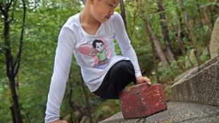 Lábak nélkül, kézzel mászott hegyet a 11 éves fiú