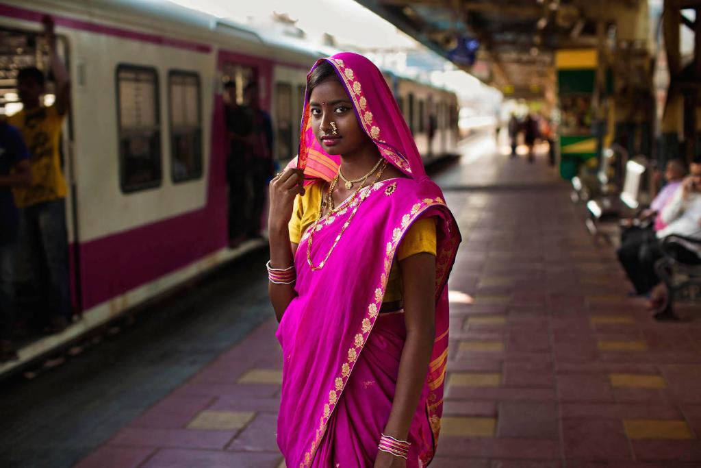 Tradicionális öltözékben igyekszik egy ünnepségre ez a diáklány Mumbaiban