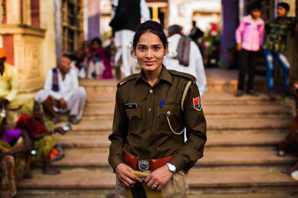 A rendőrnő nem ritka látvány az indiai utcákon